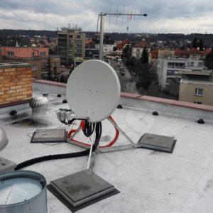 trojnozka na instalaci anten